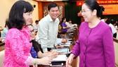 Phó Bí thư Thành ủy TPHCM Võ Thị Dung (bìa phải)          trao đổi cùng các đại biểu tại hội nghị . Ảnh: Việt Dũng