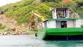 Sà lan chở đất đá từ nơi khác đến lấp biển tại đảo Hòn Rùa