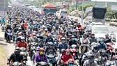 Người dân ùn ùn đổ về TPHCM, Hà Nội sau đợt nghỉ tết