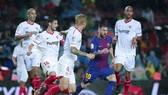 Lionel Messi (Barcelona) trong vòng vây các cầu thủ Sevilla. Ảnh: Getty Images.