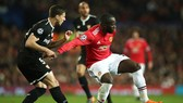 Romelu Lukaku (phải, Manchester United) kiểm soát bóng trước hậu vệ Sevilla.