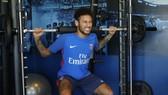 Neymar nhăn nhó bên máy tập ở PSG.