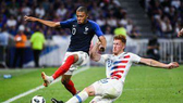 Mbappe (trái) gỡ hòa 1-1 cho Pháp