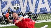 Thủ thành Iceland Halldorsson cản phá quả 11m của Messi.