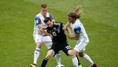 Lionel Messi trong vòng kềm tỏa của các hậu vệ Iceland.