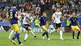 Mario Gomez (23- trắng) mang lại giải pháp tấn công hiệu quả cho Đức