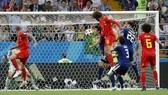 Tiền vệ Fellaini bật cao đánh đầu ghi bàn vào lưới Nhật Bản.