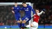 Tiền vệ Xhaka (Arsenal) phạm lỗi với Eden Hazard (Chelsea)