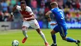 Aubameyang đi bóng trước hậuy vệ Cardiff