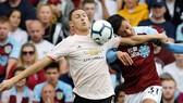 Nemanja Matic tranh bóng với hậu vệ Burnley