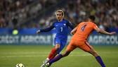 Antoine Griezmann (trái, Pháp) đi bóng trước hậu vệ Hà Lan.