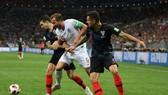 Harry Kane (giữa) bị hai cầu thủ Croatia kèm chặt
