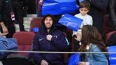 Messi thoải mái vui đùa với con trai trên khán đài.