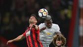 Paul Pogba (Manchester United) trong pha không chiến với Andrew Surman (trái, Bournemouth)