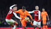 Roberto Firmino (Liverpool) sút bóng trước Granit Xhaka (Arsenal)