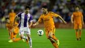 Isco (phải, Real Madrid) đi bóng trước hậ7u vệ Valladolid.