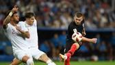 Ante Rebic (Croatia)_ tung cú sút trước lkhung thành tuyển Anh.