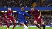 Eden Hazard (Chelsea) đi bóng trước trung vệ John Stone (Man City)