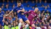 Gary Cahill (trái, Chelsea) tranh bóng với David Silva (Manchester City)
