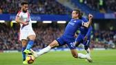 Andros Townsend (trái, Crystal Palace) sẵn sàng sắm vai ngưởi hùng trước Chelsea