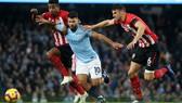 Kun Aguero vượt qua 2 hậu vệ Southampton