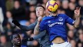 Jamie Vardy tranh bóng với hậu vệ Everton