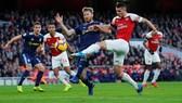 Granit Xhaka tâng bóng trong khyu cấm, ghi bàn cho Arsenal.