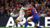 Hậu vệ Crystal Palace phải phạm lỗi với Mo Salah mới ngăn anh ghi bàn