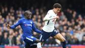 Chấn thương của Dele Alli khiến Tottenham (phải) khủng hoảng