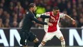 Sergio Ramos (trái, Real Madrid) tranh bóng với