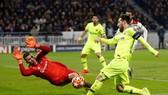 Lionel Messi bất lực trước hàng thủ Lyon.