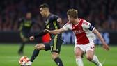 Ronaldo đi bóng qua trụng vệ Matthijs de Ligt (Ajax)