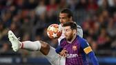 Trung vệ Liverpool Joel Matip cản phá Lionel Messi