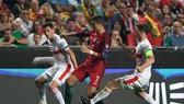 Ronaldo trong vòng vây các hậu vệ Thụy Sĩ