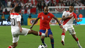 Arturo Vidal đi bóng trước hàng thủ Peru.