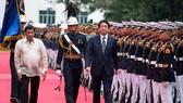 Thủ tướng Nhật Bản Shinzo Abe (phải) trong chuyến thăm Philippines khi Tổng thống Rodrigo Duterte nhậm chức năm ngoái.  Ảnh: AP