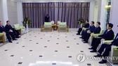 Đoàn đặc phái viên của Hàn Quốc được đón tiếp ở Triều Tiên. Ảnh: Yonhap