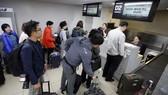 Các phóng viên Hàn Quốc đang làm thủ tục tại sân bay ngày 21-5. Ảnh: YONNHAP