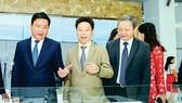 Bí thư Thành ủy TPHCM Đinh La Thăng (trái), Phó Chủ tịch UBND TPHCM Lê Văn Khoa (phải) và ông Châu Bá Long trong một đợt tìm hiểu dây chuyền sản xuất của Công ty Minh Nguyên - một trong số ít công ty Việt Nam tham gia cung ứng sản phẩm phụ trợ cho Samsung