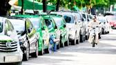 Ô tô đậu trước Công viên Lê Văn Tám Ảnh: CAO THĂNG