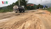 Quốc lộ 8A qua huyện Hương Sơn đang bị xuống cấp nghiêm trọng.