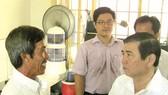 Chủ tịch UBND TPHCM Nguyễn Thành Phong thăm một hộ dân tái định cư ở huyện Bình Chánh