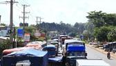 Quốc lộ 1 đoạn qua Biên Hòa tê liệt lúc 14 giờ ngày 5-10 Ảnh: XUÂN HOÀNG