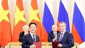 Tổng Bí thư Nguyễn Phú Trọng và Tổng thống Liên bang Nga Vladimir Putin chứng kiến lễ trao biên bản ghi nhớ hợp tác đầu tư giữa ông Đỗ Quang Hiển - Chủ tịch HĐQT SHB và ông Denis Ivanov - Chủ tịch HĐQT Ngân hàng IBEC.