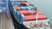 Tàu chở hàng neo tại cảng ở Busan, Hàn Quốc. (Ảnh: EPA/TTXVN)