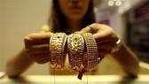 Trưng bày đồ trang sức bằng vàng tại cửa hàng kim hoàn ở Yangon, Myanmar. (Nguồn: THX/TTXVN)
