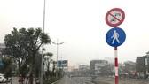 Biển cấm xe máy đã được ngành chức năng cắm trước khi đưa tuyến đường dành cho người đi bộ ven sông Tô Lịch dọc đường Láng vào khai thác. (Ảnh: Tuyết Mai/TTXVN)