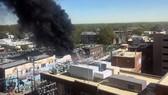 Khói đen bốc lên ra từ hiện trường vụ nổ và hỏa hoạn ở trung tâm thành phố Durham ngày 10/4. (Nguồn: AP)