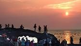 Huyện Lý Sơn khuyến nghị du khách không leo trèo lên Cổng Tò Vò khi tham quan đảo Lý Sơn