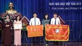 Lãnh đạo TDC trao cờ thi đua cho cán bộ giảng viên nhà trường